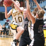Elise Biewen drives against Augsburg.