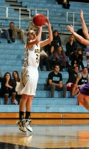 Britta Rinke pulls up for a baseline jumper. Photo courtesy of AJ Dahm - Sport PiX.