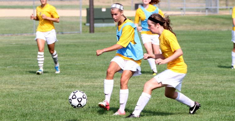 Senior Amanda Cartony (Stillwater, Minn.) makes a pass to a teammate in Tuesday morning's training session.